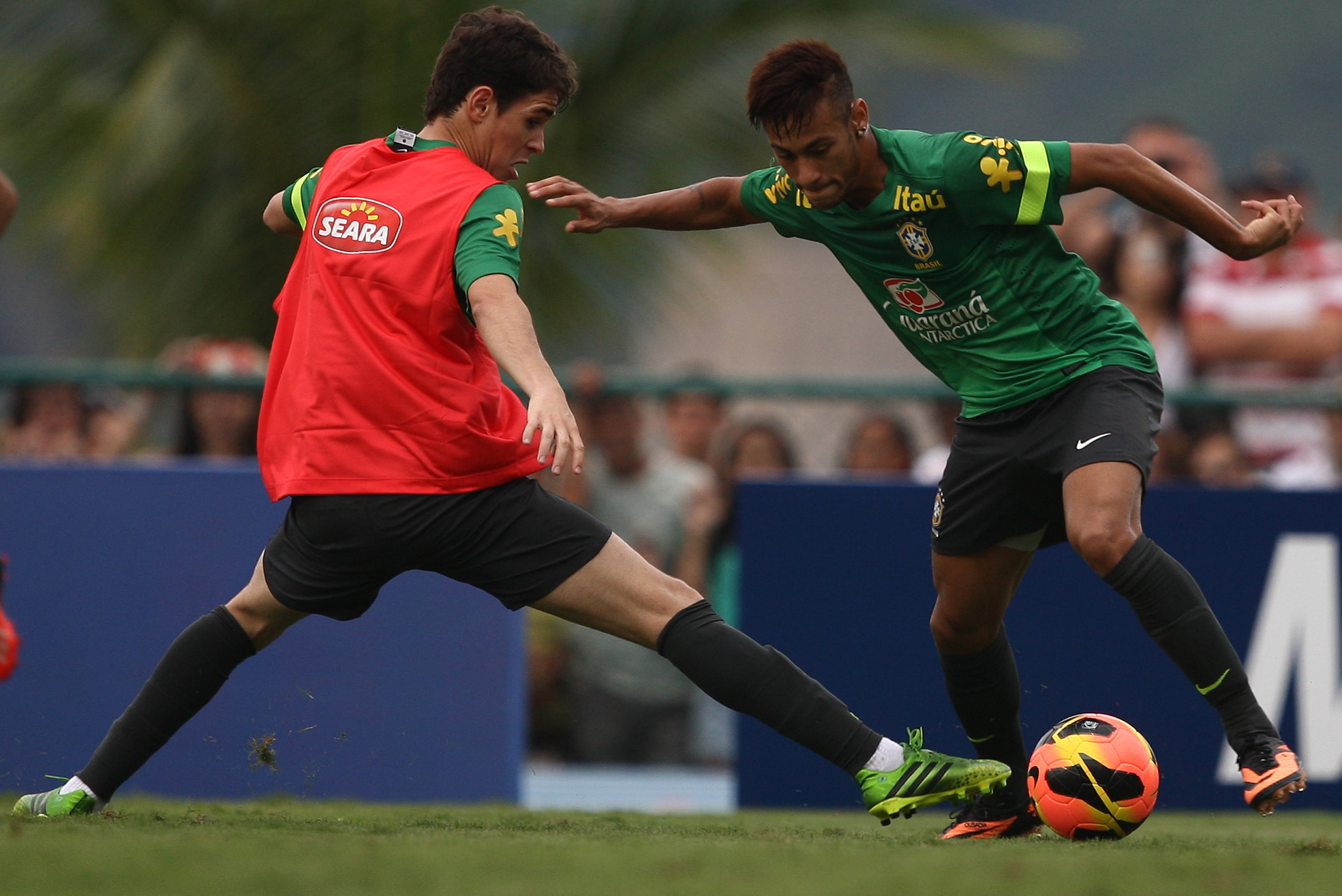 Neymar dribbles past Oscar in training (Mowa Press)