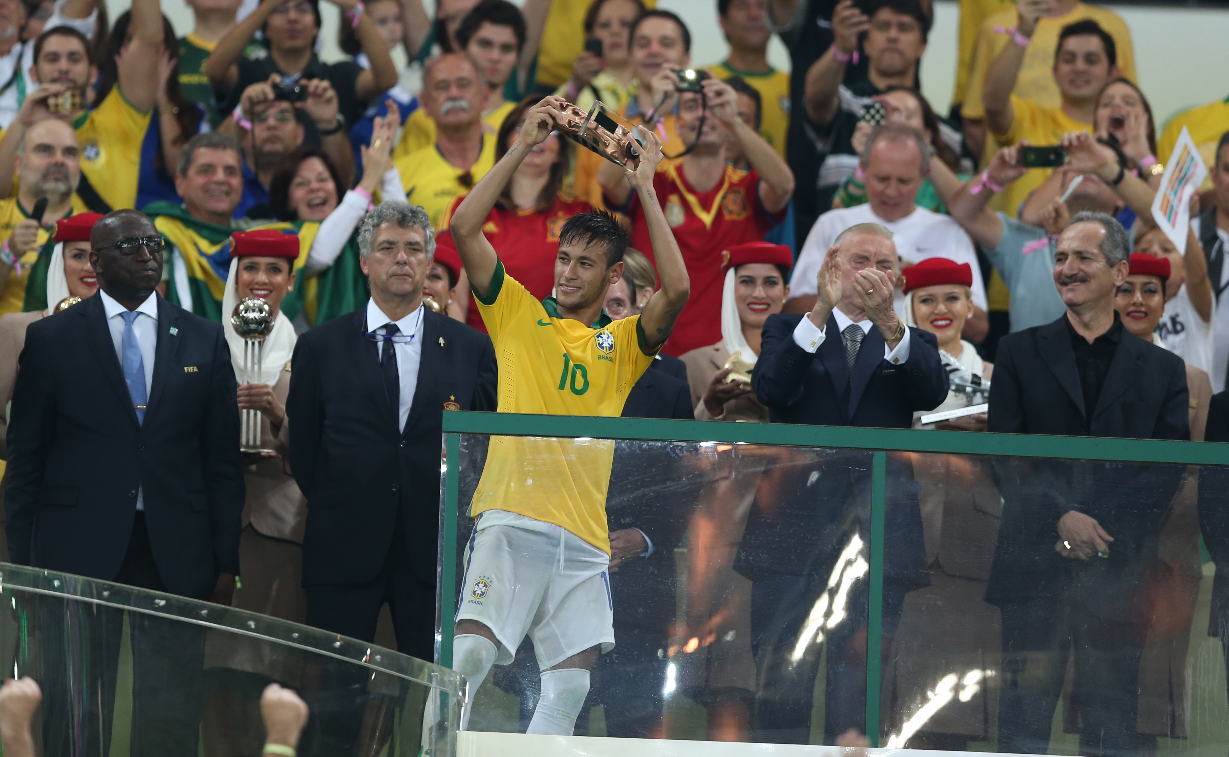 Neymar collects one of his trophies in front of the cronies (Mowa Press)