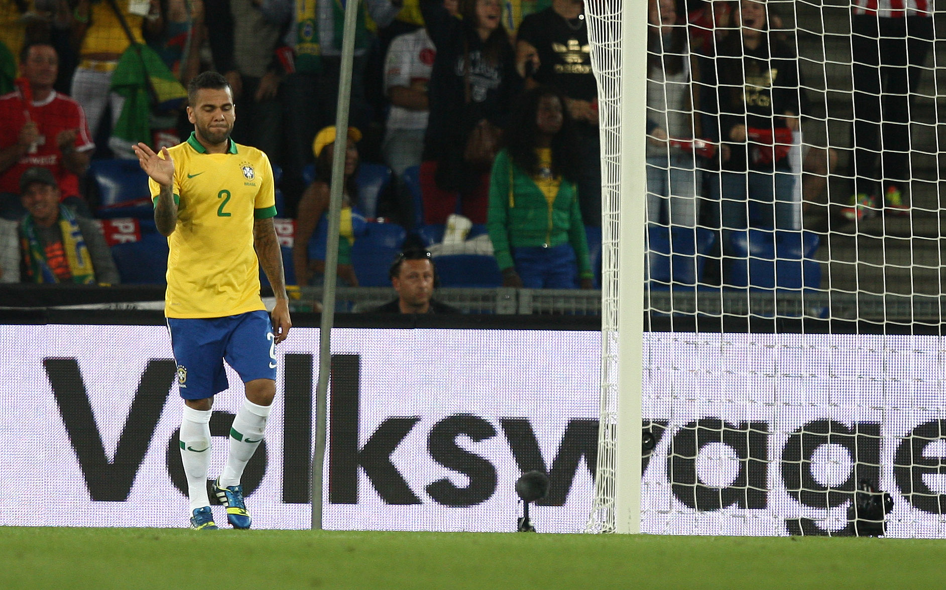 Dani Alves holds his hand up (Mowa Press)